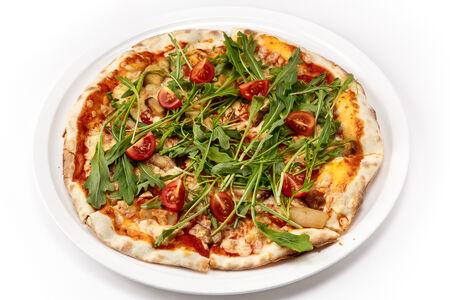 Пицца с белыми грибами и рукколой