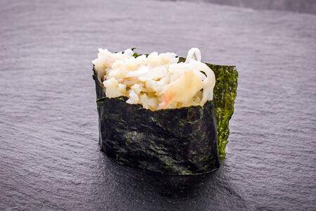 Суши гункан с крабом