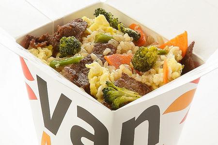 Вок цельнозерновой рис с говядиной и брокколи в соусе Сайгон