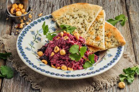 Салат свекольный с черносливом и жареным фундуком