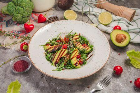 Салат из рукколы, авокадо