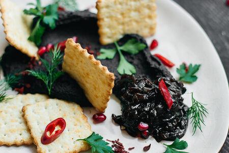 Хумус из черной фасоли с крекером и кунжутным маслом