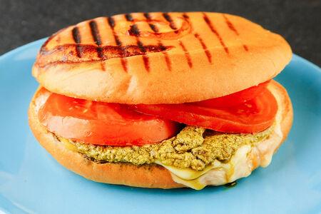 Сэндвич Панини с соусом песто