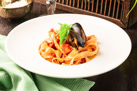 Паста Феттуччине с морепродуктами в томатном соусе