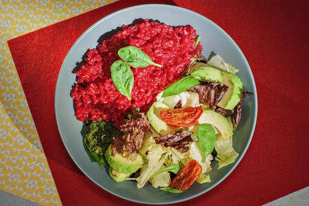 Свекольный рис и салат с авокадо