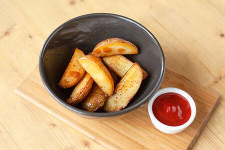 Дольки печеного картофеля