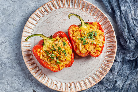 Перец, фаршированный чечевицей и овощами