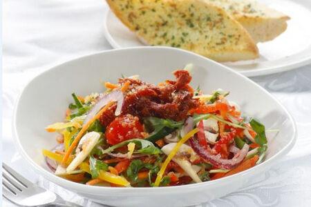 Микс салатов с вялеными томатами
