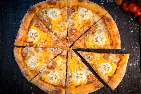 Пицца Сырная с медом и кедровыми орешками
