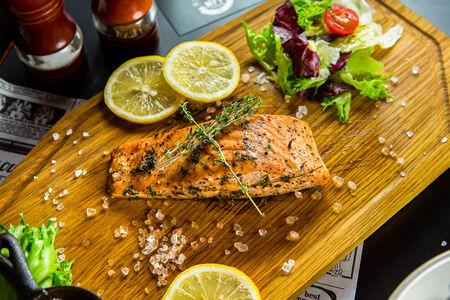Стейк из лосося с лаймовым соусом