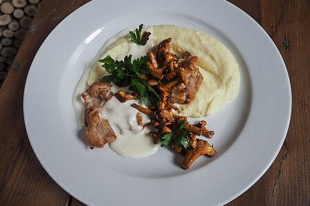 Куриное бедро с лисичками и картофельным пюре