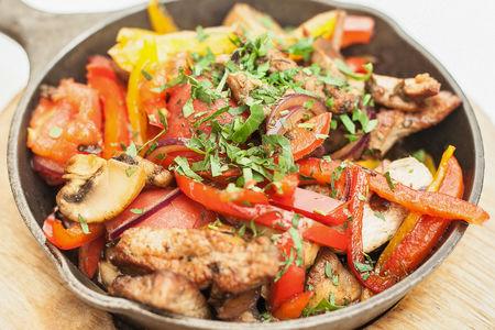 Ломтики телятины, обжаренные с овощами