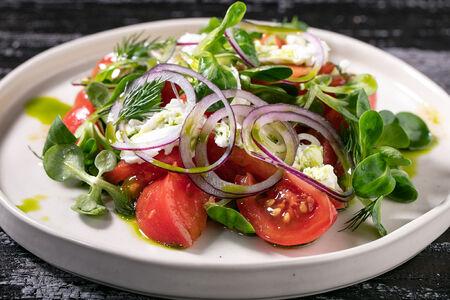 Салат с томатами и моцареллой
