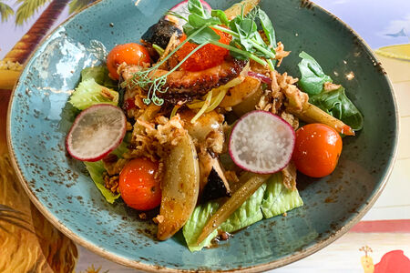 Салат с осьминогом в тайской заправке