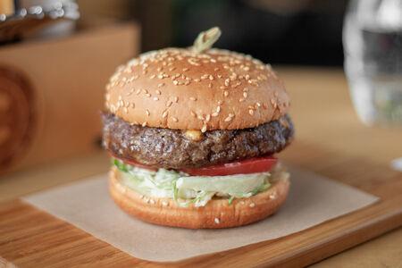 Бургер с говядиной и сыром чеддер
