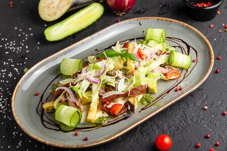 Салат из хрустящих баклажанов с ростбифом
