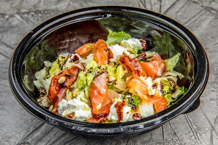 Салат с рикоттой и слабосоленым лососем