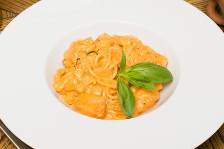Спагетти с лососем и овощами, в сливочно-томатном соусе