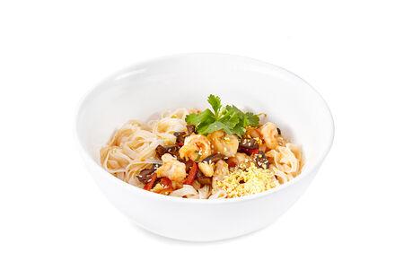 Тайский суп с креветками и рисовой лапшой