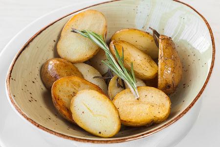 Молодой картофель черри с розмарином