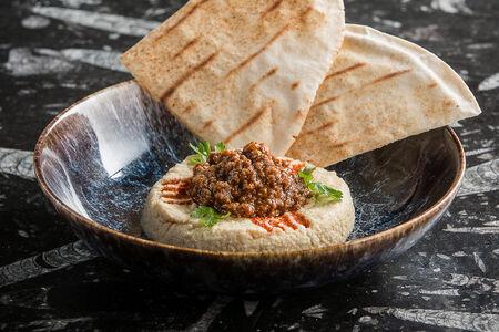 Хумус с говядиной чили и ливанской лепешкой