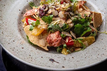 Цыпленок Тандури с листьями салата