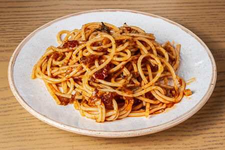 Спагетти с красным соусом
