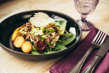Теплый мясной салат с картофелем