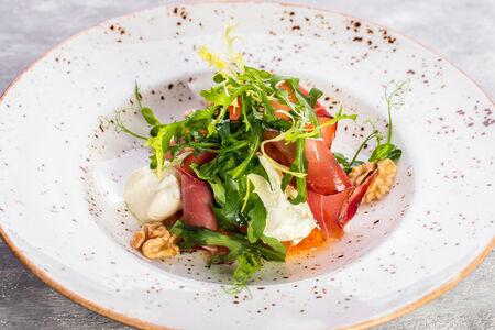 Салат с печеной тыквой и сырным кремом