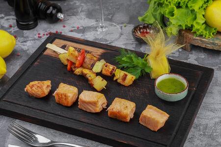 Шашлык из семги с печеными овощами