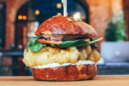 Фишбургер с картофелем по-деревенски и соусом