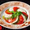 Фото к позиции меню Салат Капрезе из томатов с сыром моцарелла