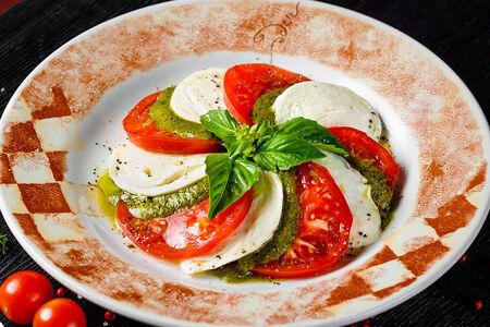 Салат Капрезе из томатов с сыром моцарелла