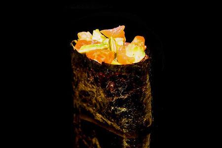 Суши с авокадо и лососем