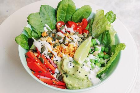 Вегетарианский киноа боул с тофу, овощами и кешью соусом