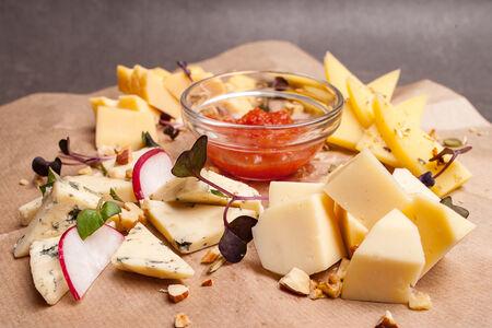 Доска сыров с томатным джемом