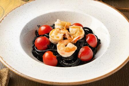 Паста в соусе с чернилами черной каракатицы