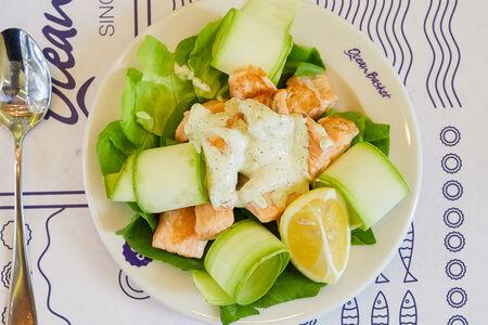 Теплый салат из лосося