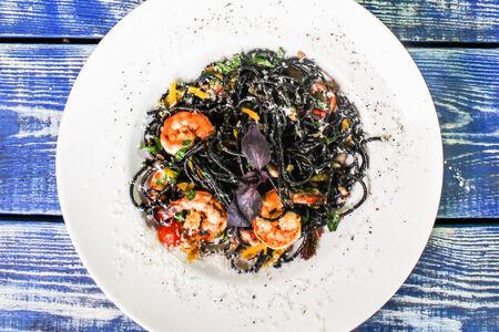 Чёрные спагетти с креветками и мидиями в винном соусе