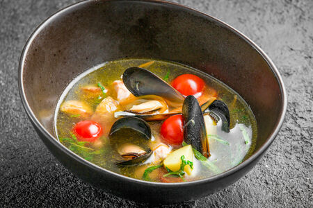 Уха с судаком, лососем и мидиями