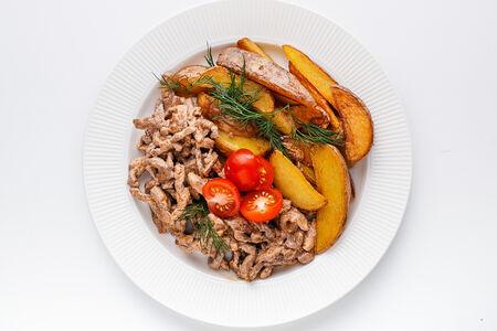 Томленая говядина в сливочном соусе с жареным картофелем