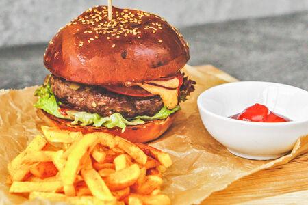 Бургер с котлетой из мраморной говядины с фирменным соусом