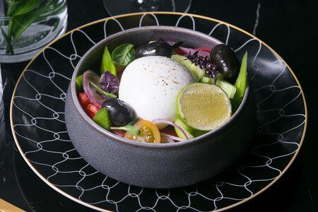 Домашняя моцарелла с греческими овощами