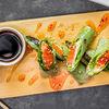 Фото к позиции меню Спринг ролл с лососем, сыром и водорослями нори
