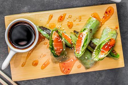 Спринг-ролл с лососем, сыром и водорослями нори