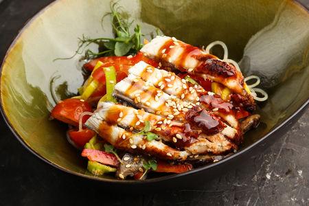 Салат с копченым угрем и фунчозой