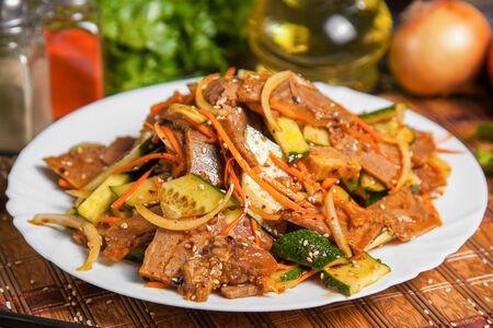 Салат острый из говядины с овощами