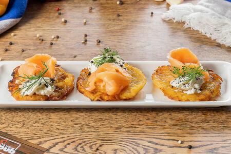 Картофельные драники со слабосоленым лососем