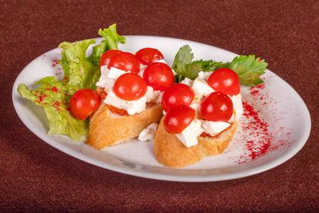 Брускетта с моцареллой и мини томатами