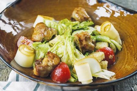 Микс-салат с куриным бедром